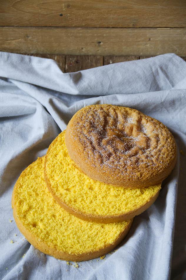 Torta con pan di spagna, crema leggera profumata al pistacchio e frutti rossi