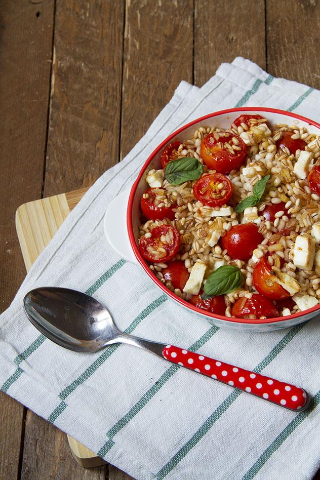 Cinque cereali al forno con pomodorini e feta