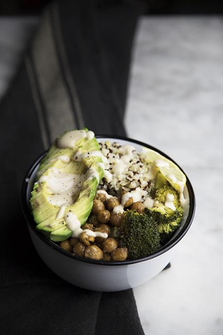 Bowl con quinoa, ceci e avocado