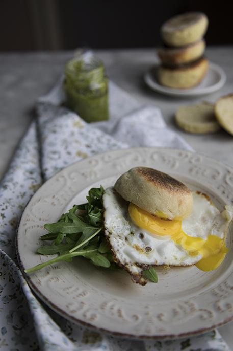 Colazione salata: english muffin con uova e rucola