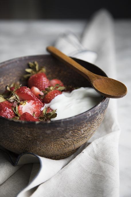 spuntino sano - fragole arrosto con yogurt bianco