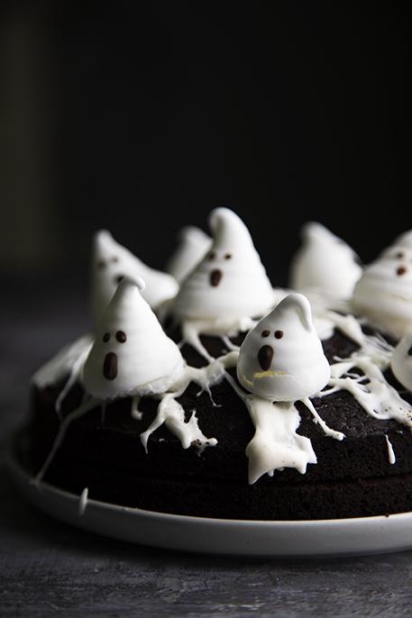 Torta di halloween al cioccolato con i fantasmi