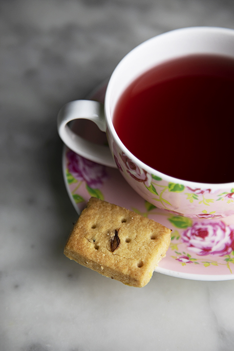 Biscotti al burro e fiori essiccati perfetti per il tè