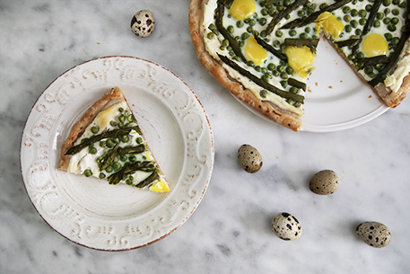 Torta salata senza glutine con asparagi e piselli